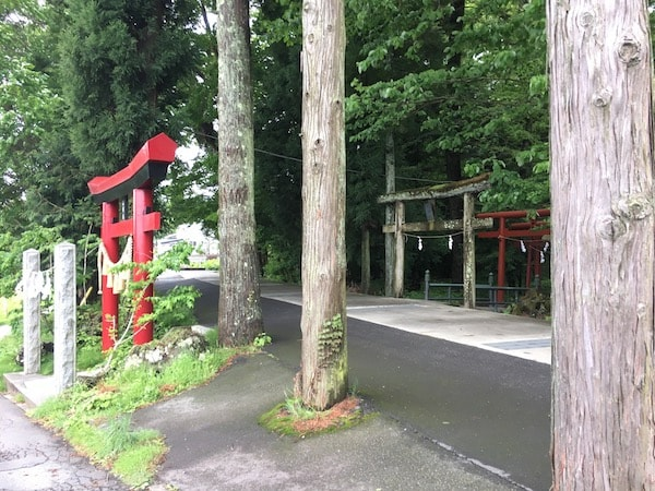 新屋山神社入り口